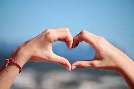 Vaquinha solidária: coração com as mãos
