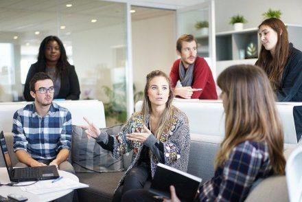Começar um negócio: pessoas conversando