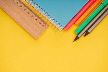 Vaquinha: Caderno azul, lápis e caneta