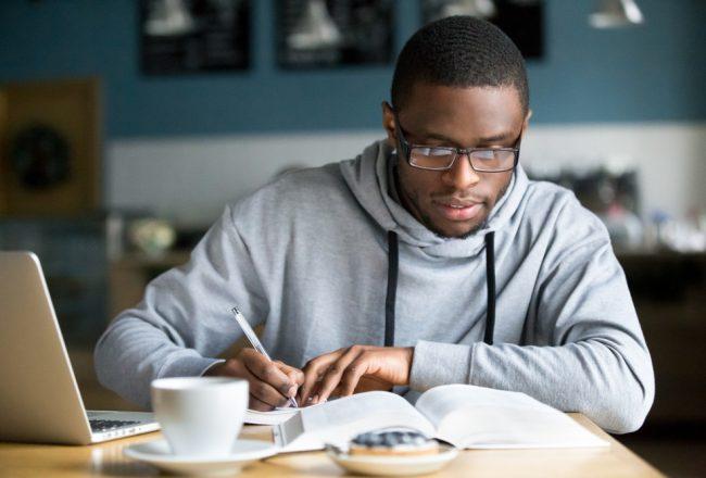 Jovem estudando: financiamento estudantil